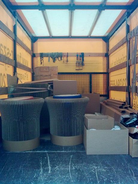 Papírbútorok szállítása.