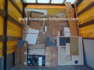 Lomok a teherautón, egy budapesti lakás lomtalanítás közben.