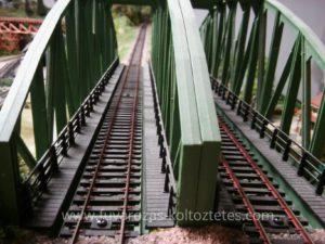Dupla vágányos vasúti híd egy terepasztalon.